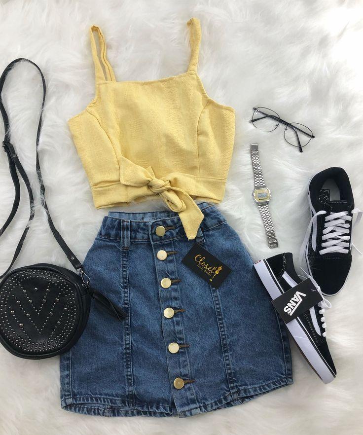 Joli haut à nœud jaune associé à une jupe en jean géogravée avec boutons assortis ET