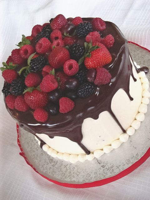 Cake with fresh fruit by springlakecake, via Flickr  I could do this!
