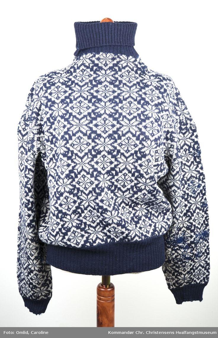 Langermet, strikket genser i blått, med  høyhals. Kronevaremerkelapp på innsiden.