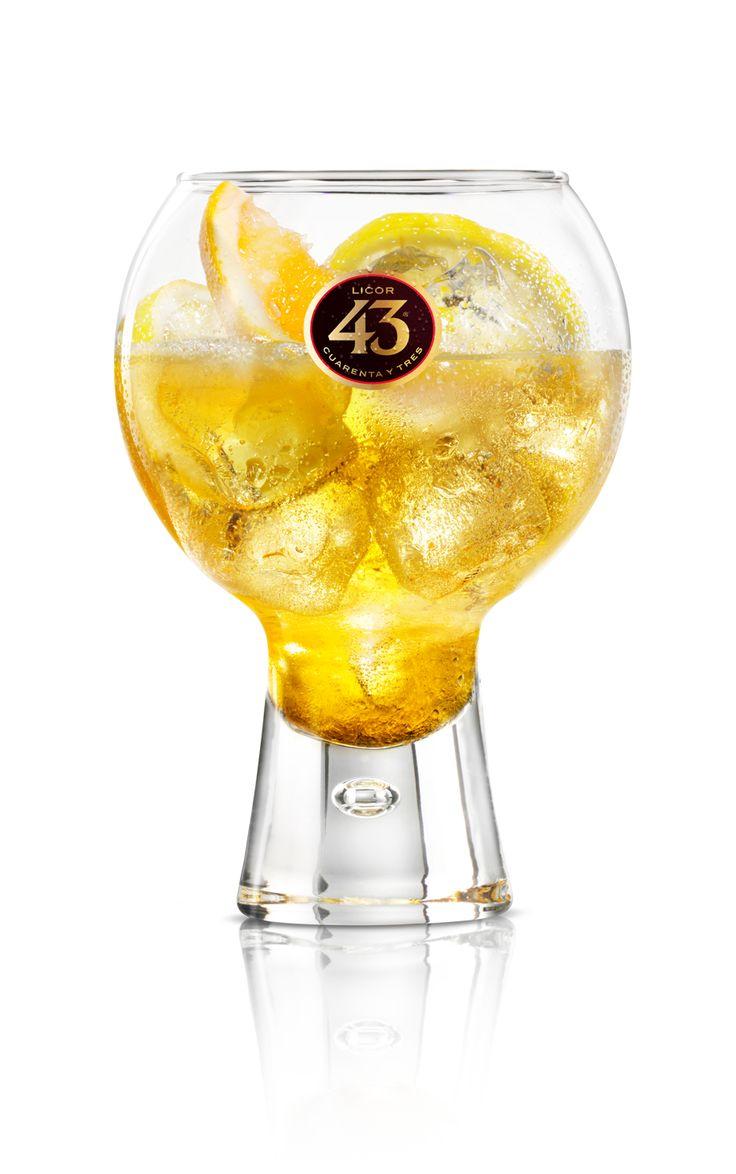Een frisse mix met Licor 43, vers citroensap en bruisend water.