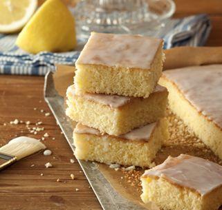 Zitronenkuchen vom Blech - ein echter Kuchenklassiker. Schnell gemacht, passend zu jeder Gelegenheit und immer lecker.
