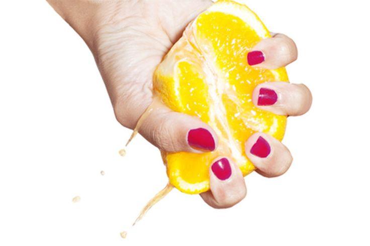 Cytryna posiada wiele właściwości! Oprócz tego, że jest świetnym dodatkiem do potraw i napojów to ma również pozytywne działanie na naszą skórę i włosy. Dzisiaj pokażemy wam jak zrobić tonik cytrynowy domowej roboty, który pozwoli oczyścić cerę i rozjaśnić przebarwienia.