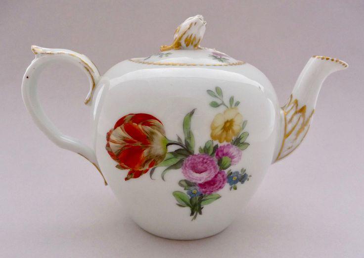 Royal Copenhagen c1785 teapot  18世紀末 ロイヤル・コペンハーゲン の小さなティーポット, 'サクソンフラワー'