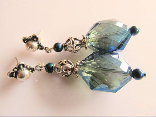 Oorbellen Jezebel blauw kristalglas facet met petrol swarovski parels en opengewerkte zilveren kraal. geheel zilver met mooie oorsteker.
