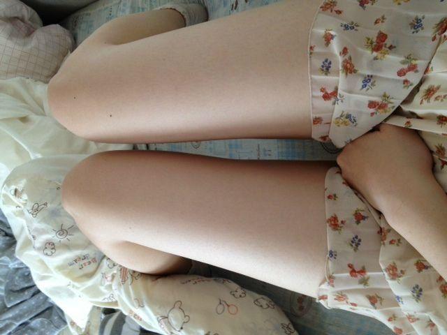 肌の露出が増えるこの時期… 女性なら誰でもキレイな足に憧れるものですよね。 しかし、運動やダイエットをしても足に効果は現れにくいもの。 私自身、足の太さに悩んでいた一人で、マッサージやエステはもちろん、食事制限、スクワット、サプリなどなど、あらゆるものを試してきました。 その結果は…! もう本当に散々なものでした… 何をするにもお金はかかるので、続けていく内に全く効果を体感できない時はお金を捨てているような感覚になり気分は最悪! 一時的には効果が出るものの、しばらくすると元に戻ってしまうということも数知れず。足のダイエットって本当に難しいですよね。 30代を超えたらやっぱり足痩せは難しいのかもと思っていたのですが、しかし、ある方法を試したところ、3日で太ももが-5cm、一ヶ月続けるとなんと-10cmの足痩せに成功したのです。 同じ足の太さに悩む女性の助けになるように、その方法をシェアしたいと思います。 足はなんで太くなるの? 実は男性よりも女性の方がむくみやすいといわれています。…