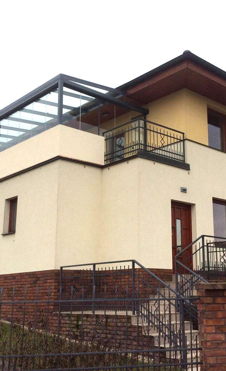 Terasa nemusí být jen v přízemí. Využijte důmyslného zastřešení vašeho balkonu / terasy a využijte prostor navíc! Pevná hliníková konstrukce od Profiltechnik s prosklenými posuvnými panely se skvěle hodí pro váš balkon.