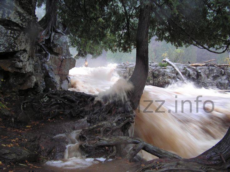 Op deze foto kan de snelheid en kracht van het water zien @ Gooseberry falls.