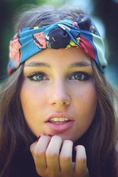 This look is really 70's and light. The head scarf makes it great.