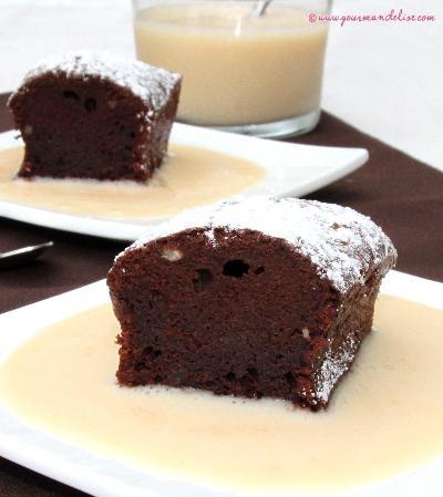 100 g de chocolat noir (55 ou 70%)80 ml de lait d'amande 2 œufs 1càs bombée de purée de noisettes 1 càs de farine  3 cuillères à soupe de confiture de fraises maison Qqls noisettes concassées. fondre le chocolat dans une casserole à feu très doux, avec le lait. ajoutez les jaunes d'œuf, la purée de noisettes, la farine et la confiture. Mélangez bien et ajoutez les noisettes concassées.  Montez les blancs en neige (une pincée de sel) incorporez au mélange.faites cuire 18-20 min 160°