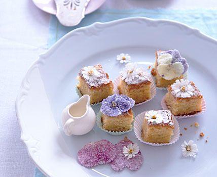 Deko mit Blüten So schnell, unkompliziert und mit wenigen Zutaten gelingen zauberhafte Petit Fours! Einen einfachen Blechkuchen i...