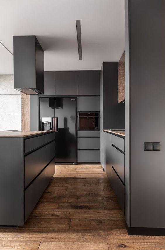 Moderne graue Küche mit Holzboden, Fliesen in Holzoptik, Eichenlook, rustikaler