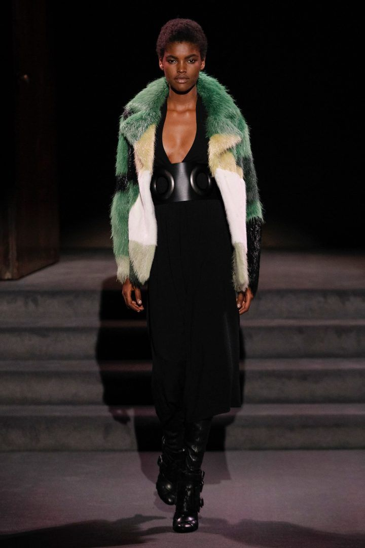While most designers are showing Spring '17, Tom Ford's drawing in his customer with a see-now, buy-now approach. The designer presented his Fall 2016 collection in New York on Wednesday and setted the stage for one very classy andintimate dining experience, his new collection includes leatherbelts and multicolor fur coats.Stars in attendance included Karlie […]