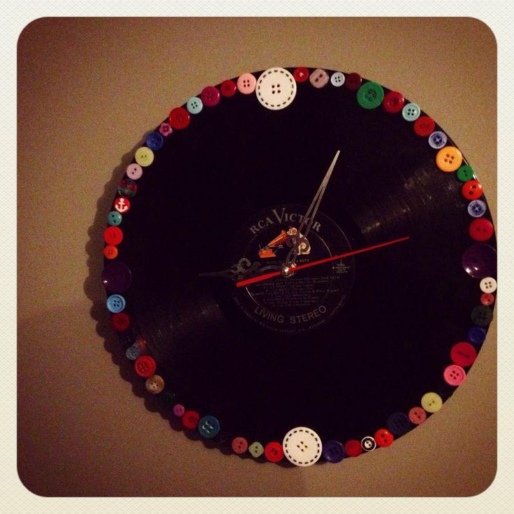 Horloge Vinyle. Créée avec un vieux disque vinyle et des boutons réutilisés.  Vinyl 'Clock! Created with old vinyl music and reused buttons.  Homemade/Fait à la main.