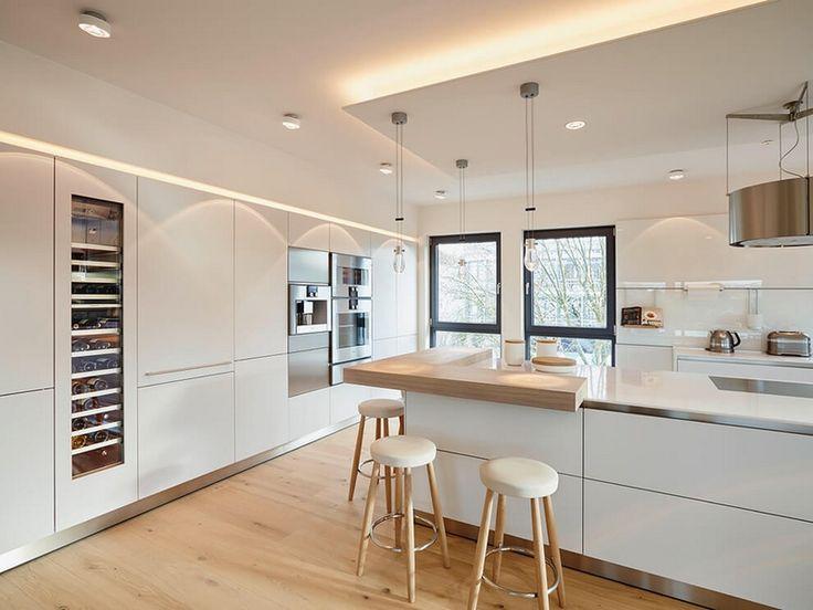 meubles blanc et bois clair massif dans la cuisine avec armoire refroidisseur à vin
