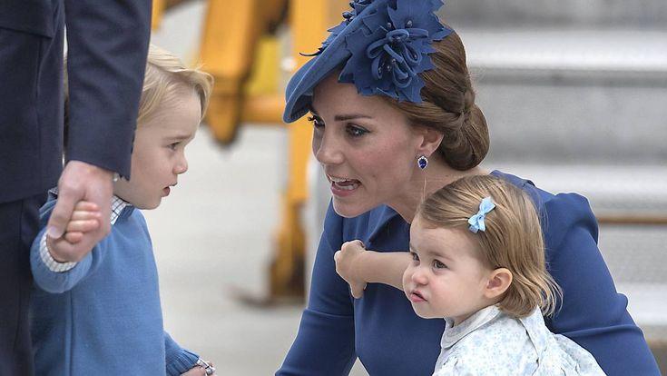 Prinsesse Charlotte i lyseblå sommerkjole og prins George i korte bukser stjal total billedet, da hertuginde Catherine og prins William ankom til Canada.