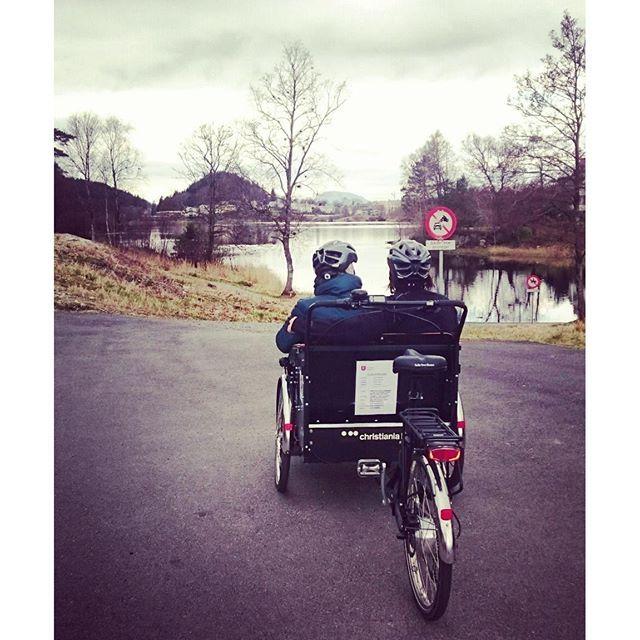 Kos på sykkeltur rundt Storevatnet i dag #Florø #Storevatnet #firdaposten #floraomsorgssenter #florakommune #rickshaw #sammenpåsykkel #sykkeldrosje #sykkeltaxi