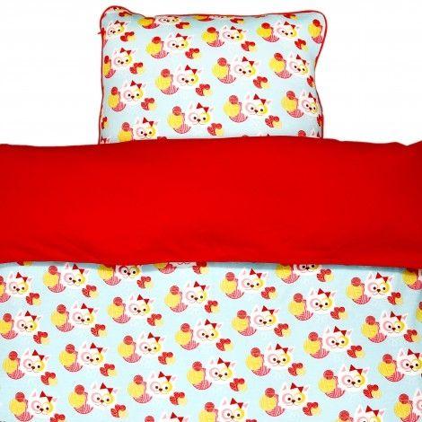 Blafre sengetøy.80X100 cm, passer fint i vogn. Ekstra myk bomull i jerseykvalitet.Fine detaljer som kantebånd og ekstra lang glidelås.  Dette produktet er fra Blafres nydelige babykolleksjon - laget av ekstra myk bomull, og i en hel serie med produkter som passer perfekt til hverandre: Pysjer/sparkebukser, sengetøy, smekker, pledd og soveposer. Du finner både smekker og sengetøyet her hos Sam & Sofie. Har du lyst på noe av ...