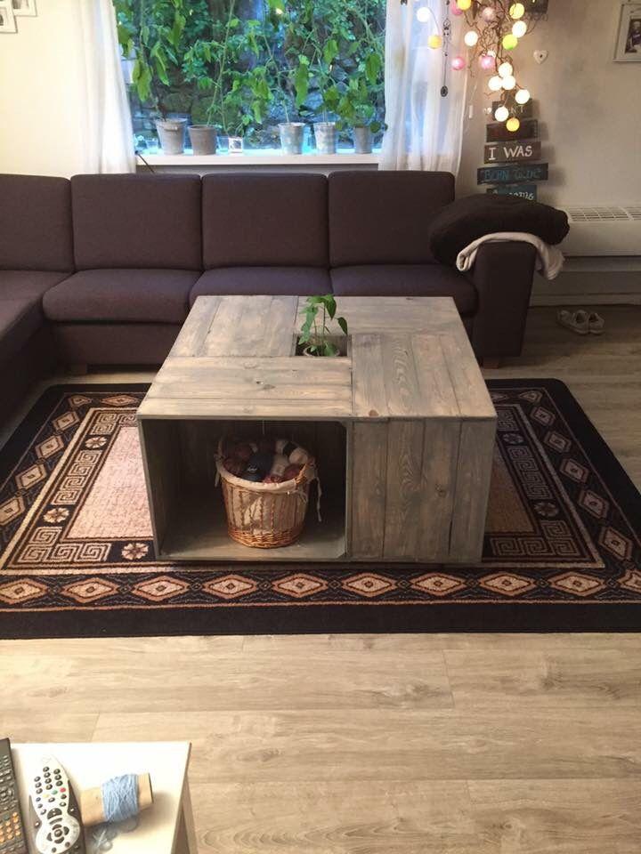 Min mann lagde stuebord med masse oppbevaring. Stødig,robust og unikt:-)