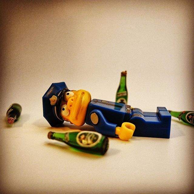 Boire ou conduire il faut choir / Do not drink and drive #brick #afol #lego #toyartistry_lego #drink #ploliceman #police #toptoyphotos_lego #toyslagram_lego #drive #simpsons #velo #bike #voiture #accident #route #driving #igersparis #courebevoie #soiree #brickcentral