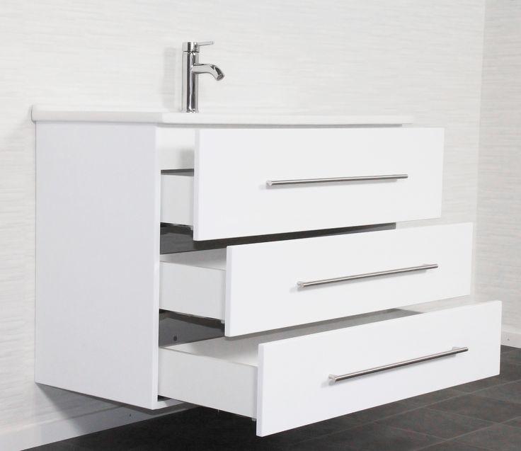 € 699,- De serie Jupiter heeft een onderkast voorzien van maar liefst 3 lades. Hierdoor zorgt het meubel voor veel opbergruimte. De onderkast is gemaakt van 100% MDF. Het wastafelblad is van keramiek. Het blad heeft een strakke vorm. Het meubel heeft de volgende afmeting:   100cm Breed, 67cm hoog en 44cm diep.  #badkamer #meubel #groot #bergruimte #3lades #wit #softclose
