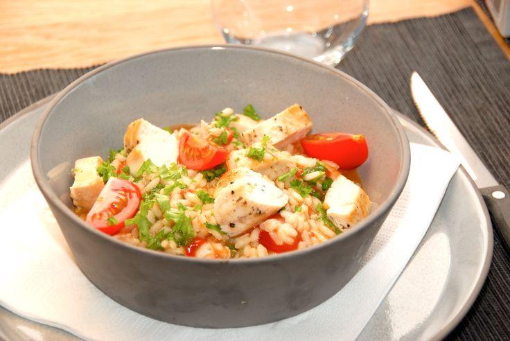 En super lækker opskrift på kylling med risotto og tomater. Klassisk italiensk mad med masser af smag og en god fylde. Kylling med risotto er en hurtig ret, der samtidig smager fatastisk godt. Riso…
