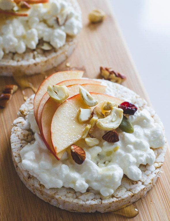 Een top-snack, een lekker snel ontbijt of een extraatje bij je lunch? Probeer deze rijstwafel deluxe met cottage cheese, nootjes en agavesiroop!
