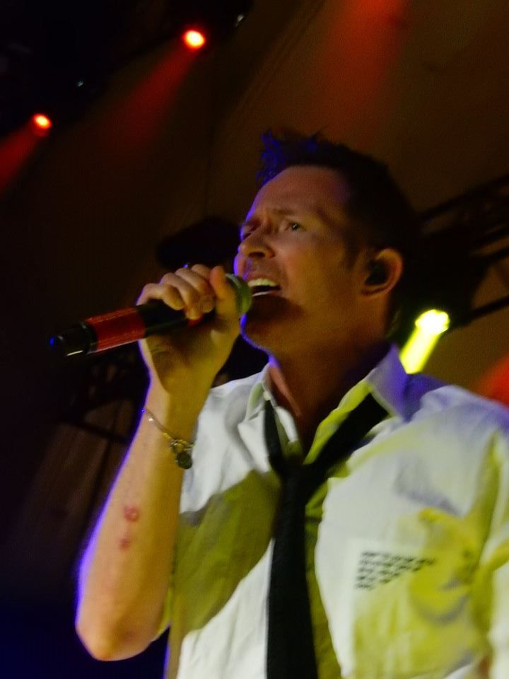Aug. 29, 2015 Scott Weiland and The Wildabouts at the CNE Bandshell. Setlist: Crackerman (Stone Temple Pilots song) Modzilla, Amethyst, Meatplow (Stone Temple Pilots song) Youthquake, The Way She Moves, Big Bang Baby (Stone Temple Pilots song) Hotel Rio, Parachute, White Lightning, Vasoline (Stone Temple Pilots song) The Jean Genie (David Bowie cover) Dead & Bloated (Stone Temple Pilots song) Circles, Do It For The Kids (Velvet Revolver song) Unglued (Stone Temple Pilots song)