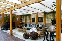 persiana no teto com estofados em tons azuis e madeira, lareira ecologica transportavel