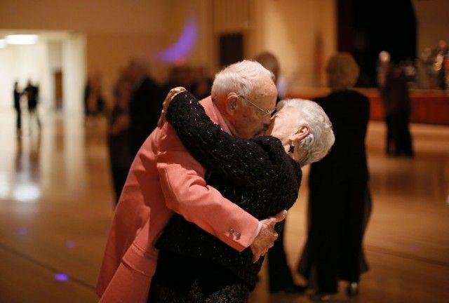 lütfen, bana da böyle bir gelecek// Donald Smitherman, 98, kisses his wife Marlene at the end of a dance in Sun City, Arizona