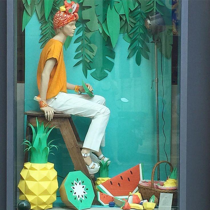 Escaparate veraniego precioso hecho de papel, lleno de frutas tropicales, es de HERMES,Lisboa,Portugal. #comercio #retail