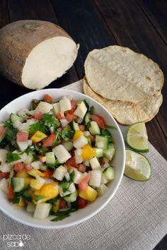 Ceviche de jícama, mango, pepino, tomate y cebolla morada. Una comida ligera y fresca, o para acompañar otro platillo como un filete de pescado o salmón.