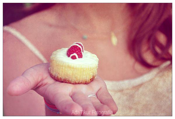 Bodas AdaTikur Fotografia (adatikur.com). Sesión realizada en Sitges. Con Nice Weddings y OneDay OneSong. Los pastelitos de @lacheesecakeria y las joyas de Boheme Joyas.