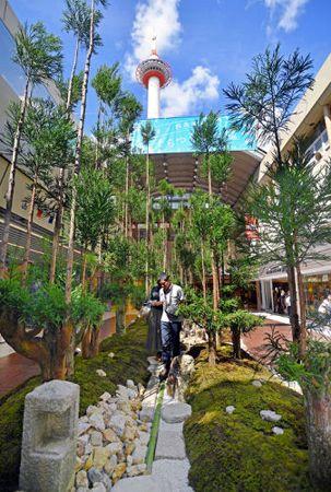 北山杉で構成された庭園。大屋根が開放されると、地下街と空がつながり、京都タワーが一望できる(京都市下京区・ポルタプラザ)