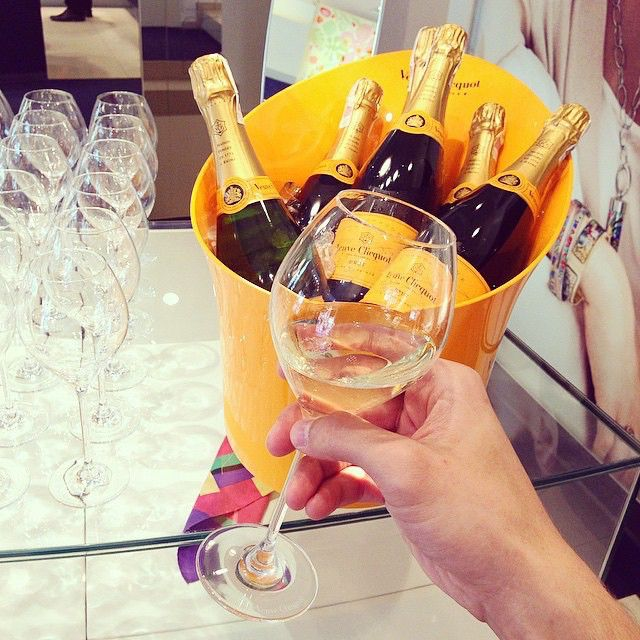 Bubbles time.  Foto @adamvolks  #VeuveClicquot #Champagne #relax #instamood #brindisi #bubble #bollicine  Account e contenuti rivolti solo a maggiorenni. Bevete responsabilmente! È vietato ogni inoltro di questo contenuto a utenti che non hanno l'età legale per consumare e/o acquistare alcolici nel proprio Paese o a utenti che risiedono in un Paese che limita oppure vieta la promozione di bevande alcoliche.