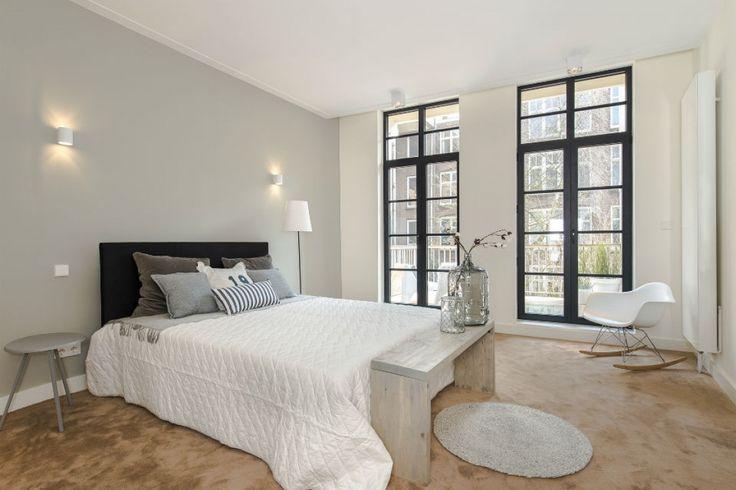Slaapkamer met antraciet grijze ramen in aluminium. Referentie van Belisol Dronten.