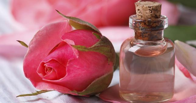 Ροδόνερο: Το Πολυεργαλείο Της Ομορφιάς 7 Έξυπνες Εφαρμογές Του Ροδόνερου Θα Αλλάξουν Τον Τρόπο Που Περιποιούμαστε Το Δέρμα Μας #1 Ως τονωτική λοσιόν: Καταπ