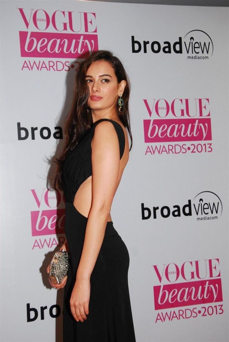 Evelyn Sharma at Vogue Awards 2013 carrying a stunning clutch by Pinky Saraf.