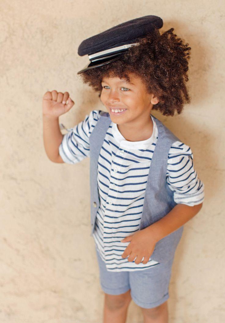 Chemise pour enfant à rayures bleu marine pour Garçons ou Bébés. La chemise Arthur en coton et lin possède une rayure bleu marine, pour un style marin chic casual qui a le vent en poupe ! Se porte pour un look décontracté, avec ses manches longues qui se retroussent et son col kimono.