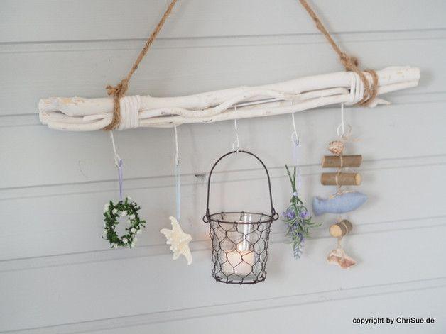 Diese Fensterdeko besteht aus geweißten Holzstangen. Diese wurden gebündelt und mit kleinen Häkchen und einem Aufhängerband versehen. Ein schönes Dekoobjekt, welches zu jeder Jahreszeit neu...