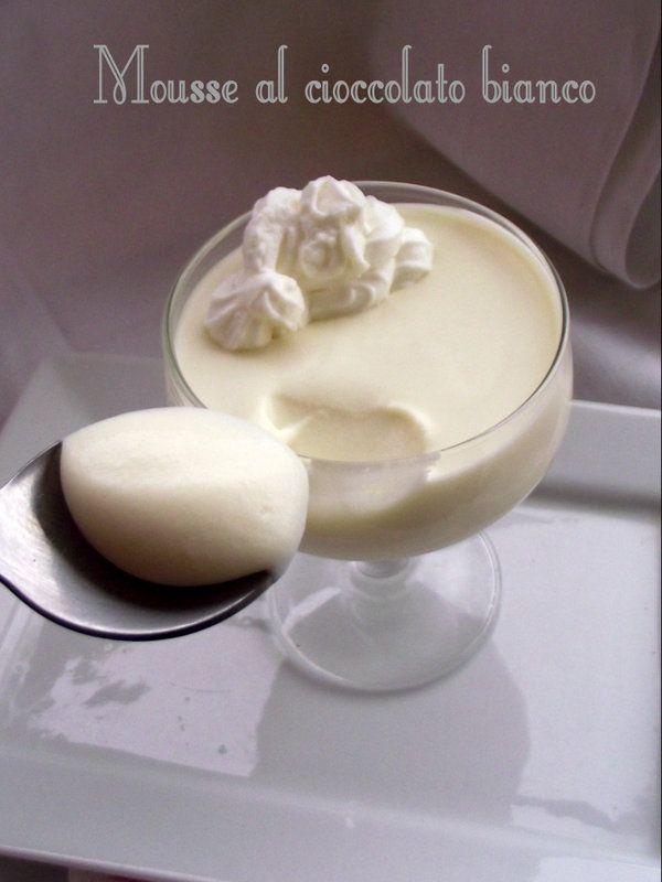 Vi va di fare un figurone senza dover sudare ?Allora prepariamo una bella mousse al cioccolato in due ingredienti!Dieci minuti di lavoro, un riposo in frigo, una bella spruzzata di panna...