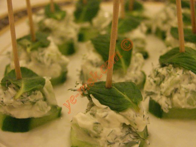 Labneli Salatalık Kanepeleri nasıl yapılır? Kolayca yapacağınız Labneli Salatalık Kanepeleri tarifini adım adım RESİMLİ olarak anlattık. Eminiz ki Labneli Salat