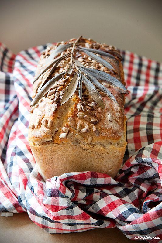Ten chleb jest bardzo łatwy, pod warunkiem, że mamy świeży, bardzo aktywny zakwas. Czas wyrastania zależy od wielu czynników, między inn...