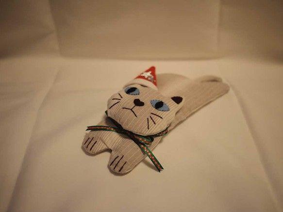 かわいい猫のアイピローです。(中にペレットが入っています。)写真のように、いろんなポーズが出来るオブジェにもなります。取り外し可能なサンタの帽子もお付けします...|ハンドメイド、手作り、手仕事品の通販・販売・購入ならCreema。