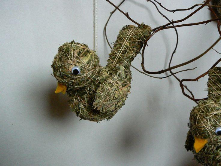 Čimčarák Lepší vrabec v hrsti... Malý ptáček ze sena na pověšení,delka asi 10 cm. Součástí výrobku je visačka certifikátu.