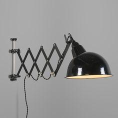 Wandleuchte Stretch schwarz mit Harmonika-Aufhängung: Stabile Wandleuchte mit Emaille-Schirm. Die sehr einfache Form, Befestigung, Scharniere und Arme bestimmen den industriellen Look dieser schöne Leuchte. Mit Schalter am Lampenschirm. Auch schön an der Decke. Die drei Arme sind 22/20/16cm lang. #wandleuchte #innenbeleuchtung #lampen #leuchten #modern