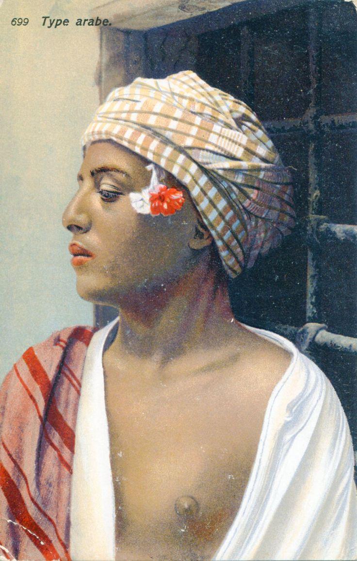 Briefkaart van Lehnert en Landrock (1904-1939) Na een bezoek aan Taormina besloot Lehnert samen met Landrock foto's te maken in Noord-Afrika. Deze foto is duidelijk erotisch bedoeld. De tuniek hangt open en de tepel wordt benadrukt. L&L maakten veel erotische foto's, vooral van vrouwen, en verkochten deze in Europa. De foto zegt meer over L&L en hun clièntele dan over de jongens en mannen. De titel 'Type Arabe' zegt veel over hoe L&L tegen de Arabische cultuur aankeken. Col. C. de Mol