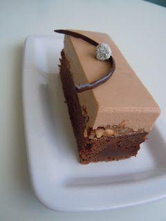 Brownie: 250 g. smør 250 g. mørk chokolade 5 æg 400 g. sukker ½ vaniljestang 200 g. hvedemel 1 tsk. salt Nøddenougat: 100 g. no...