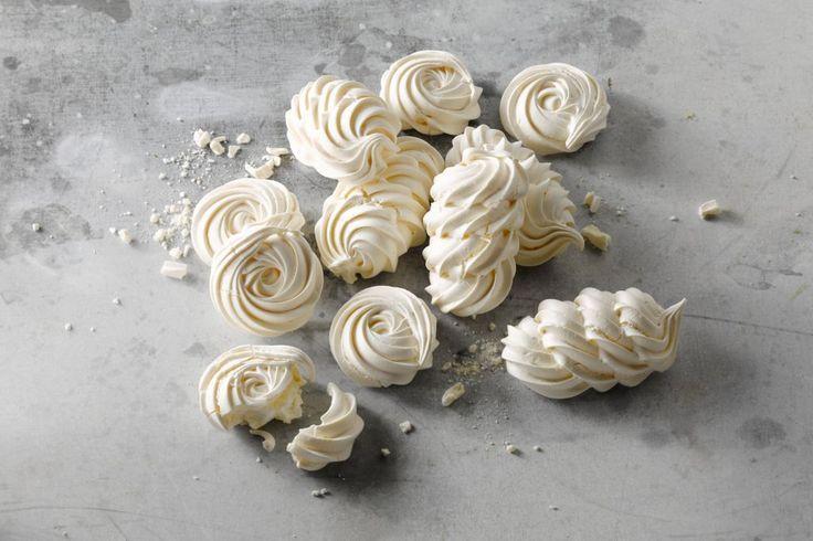 Nee we hebben het hier niet over de opzwepende merengue dans uit de Dominicaanse Republiek maar over meringue, een zoet dessert gemaakt van eiwitten en suiker. Meringue is een heerlijk wit eiwitschuim dat zowel zacht als krokant gegeten kan worden en in heel veel desserts en patisseriebereidingen wordt gebruikt.