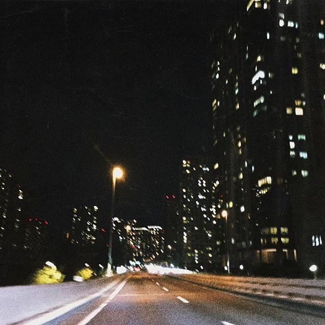 Instagram【yochi_ko】さんの写真をピンしています。 《#Tokyo#city#highway#beautiful#night#valkilmer#robertduvall#haha . 🌛 . #東京#高速#道路#夜#夜景#ビル#綺麗#素敵な夜#都会#沖縄にはない景色》