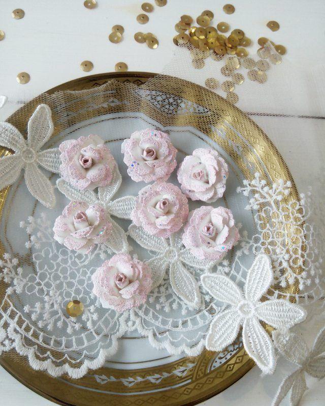 Пока фотограф снимал новую партию цветочков, я пристроилась рядом чтобы снять эту красоту и показать вам😊  Девочки, это просто шедевр, они так красиво блестят и ничего не осыпается 😆 жалко в фотографии не передать всю эту красоту😒  И кто еще не знает, все это ручная работа, огромный труд @viktoriyasosedskaya 😰 Спасибо, родная😘  #цветыдляскрапа#цветыручнойработы#розы#ручнаяработа#соседские_цветочки#цветыроссии#цветыоптом#купитьрозы#скрапбукинг_оптом#скрапбукингвсмоленске